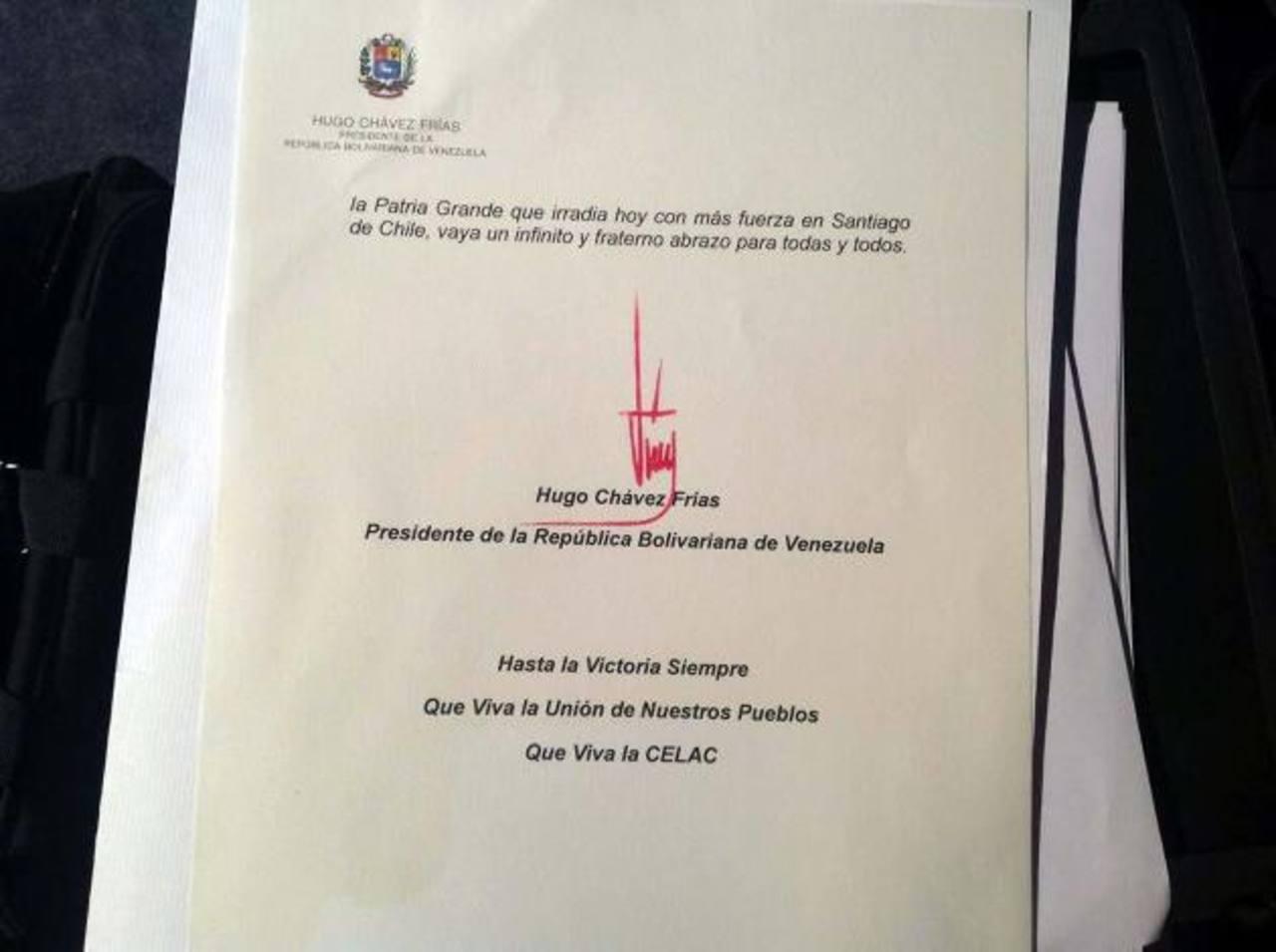 La carta de Hugo Chávez, firmada con tinta roja, que fue leída por su vicepresidente, Nicolás Maduro, durante la Cumbre de la Celac. foto edh / efe