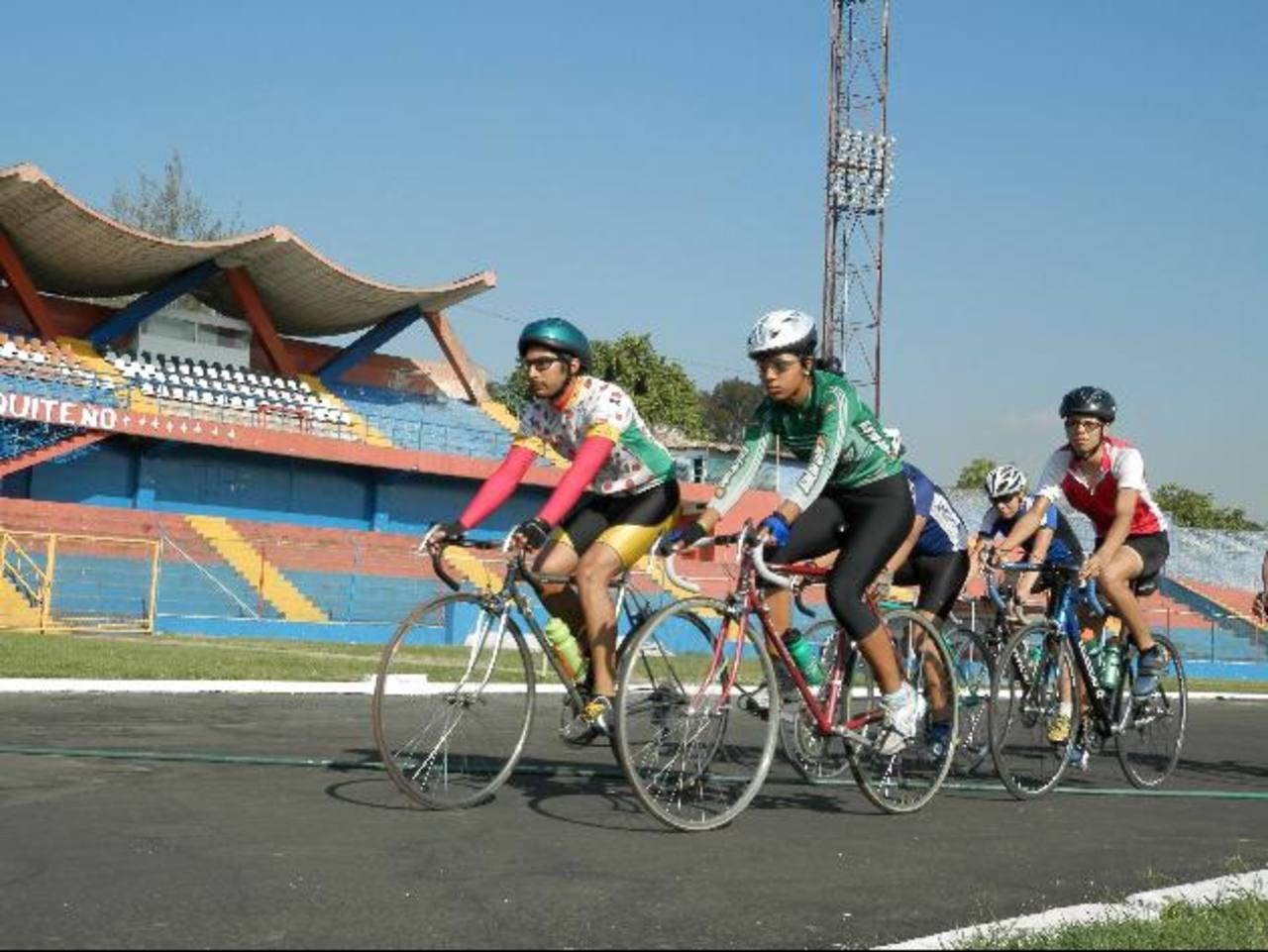La pista del estadio Óscar Quiteño ya es utilizada por los ciclistas. Foto EDH / Milton jaco