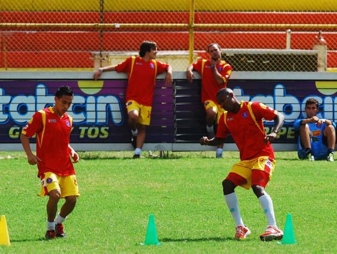 Osael Romero y Orlando Rodríguez en su primer entrenamiento con el plantel albo. foto edh/ marlón hernández