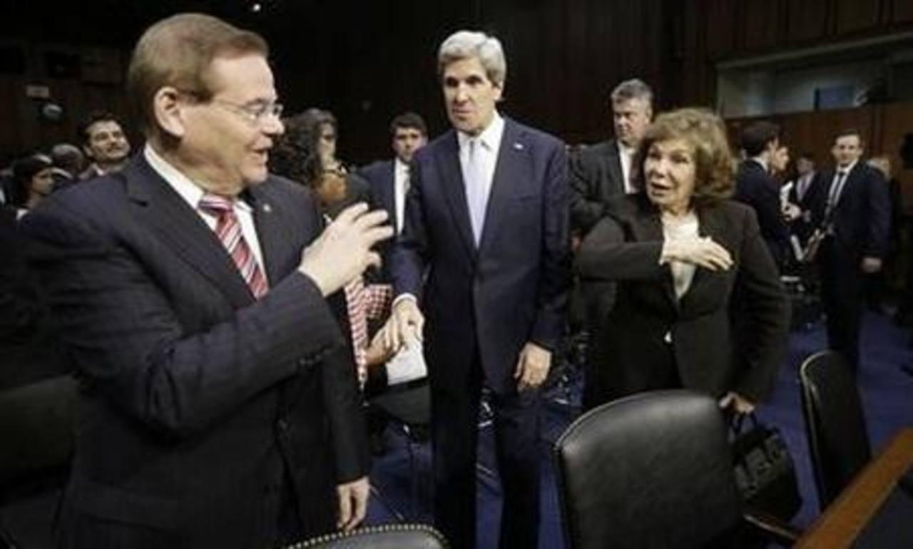 El senador demócrata Robert Menéndez (izquierda) se despide del senador demócrata John Kerry (al centro) y la esposa de éste, Teresa Heinz (derecha), en el Capitolio. Foto/ AP- Archivo