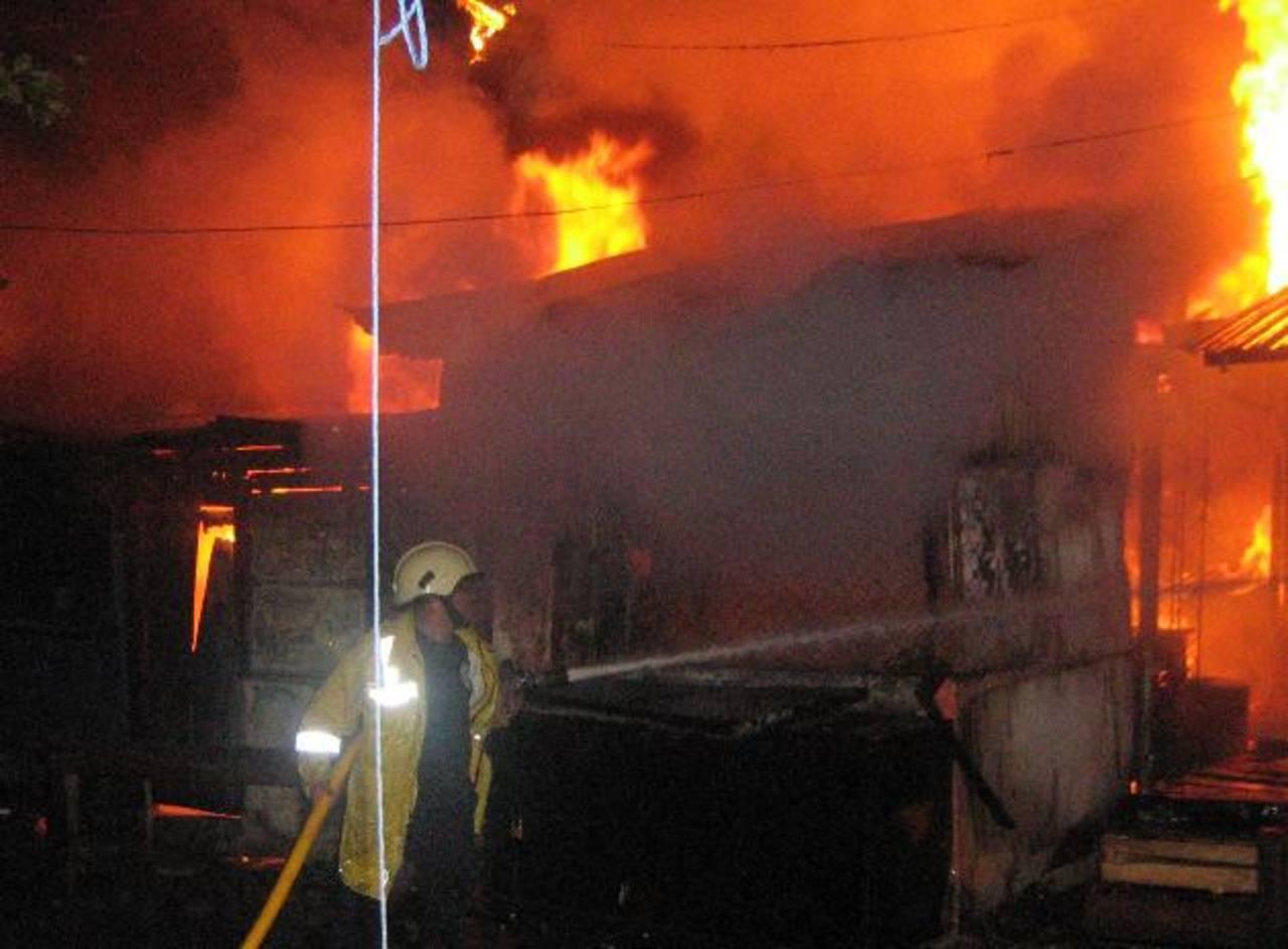 Un incendio, hace seis años, por cortocircuito consumió casi todo el mercado. El martes de quemaron 21 puestos. Foto edh / archivo
