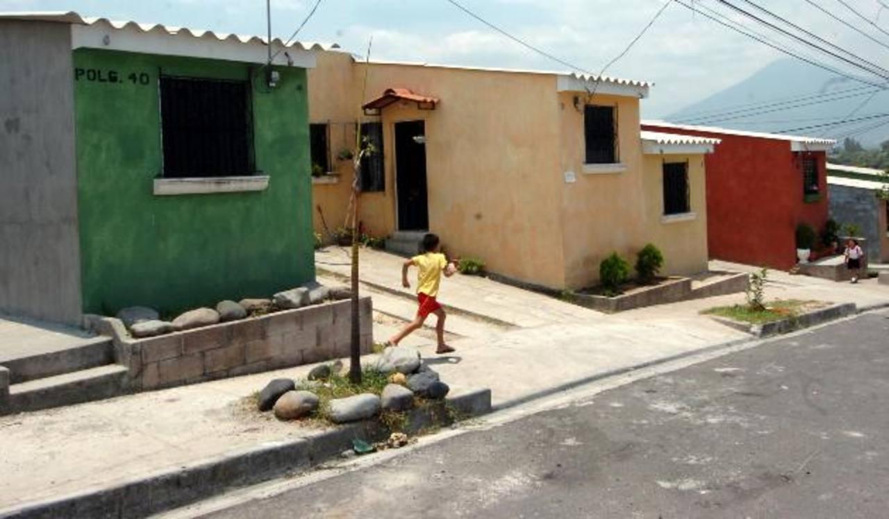 Financiar vivienda de interés social de hasta $28,500 será la prioridad del FSV en 2013. Foto EDH/ archivo