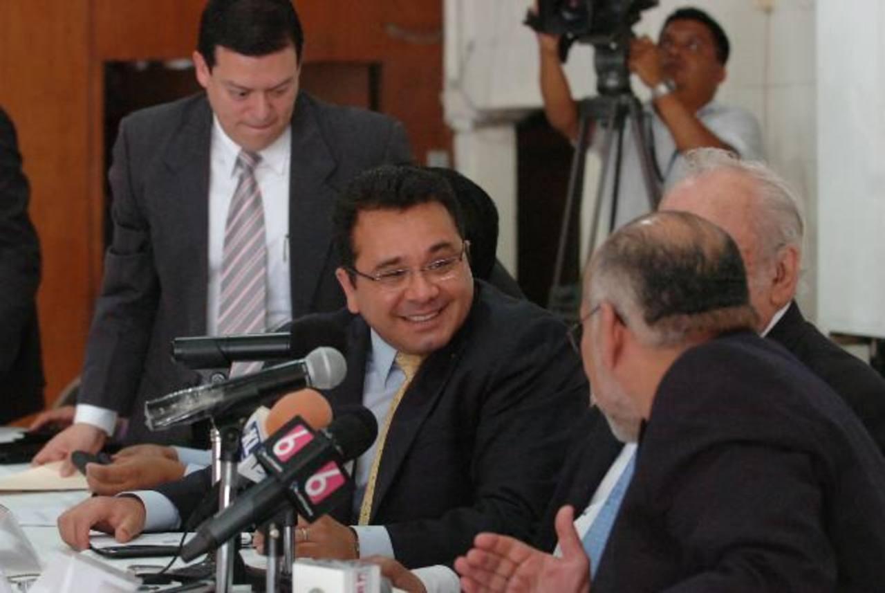 Jorge Daboub, presidente de la ANEP (centro), sostuvo ayer que el Fomilenio II está vinculado con la elección de los comisionados del IAIP. foto EDH / Leonardo González