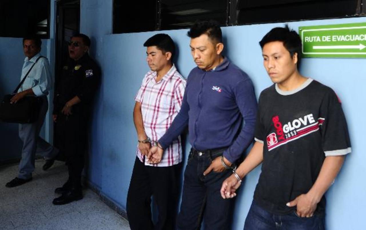 Un juez de Paz ordenó que los tres imputados permanezcan en la cárcel los próximos cinco meses. Foto EDH / Archivo.
