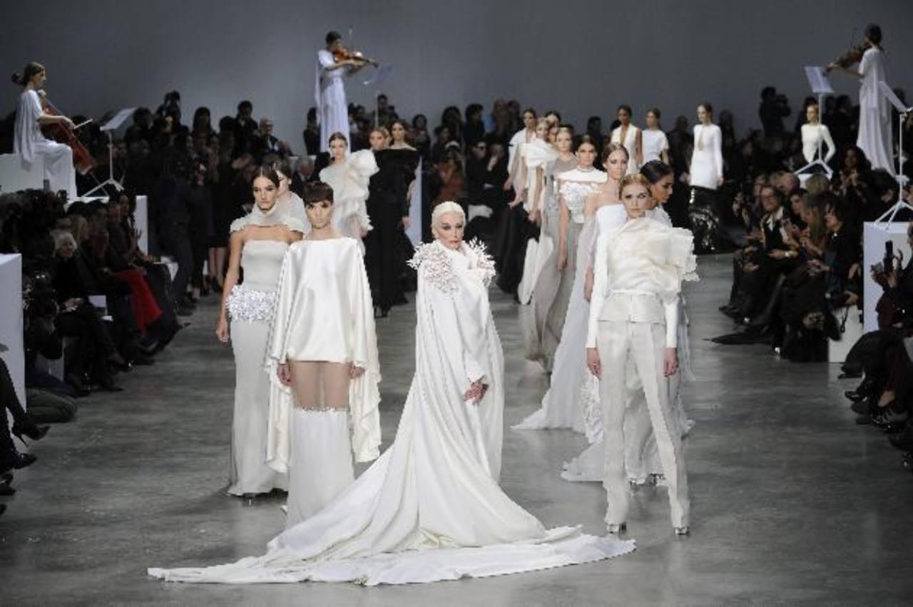 La model estadounidense Carmen Dell'Orefice (c) desfila una creación colección del diseñador francés Stephane Rolland.