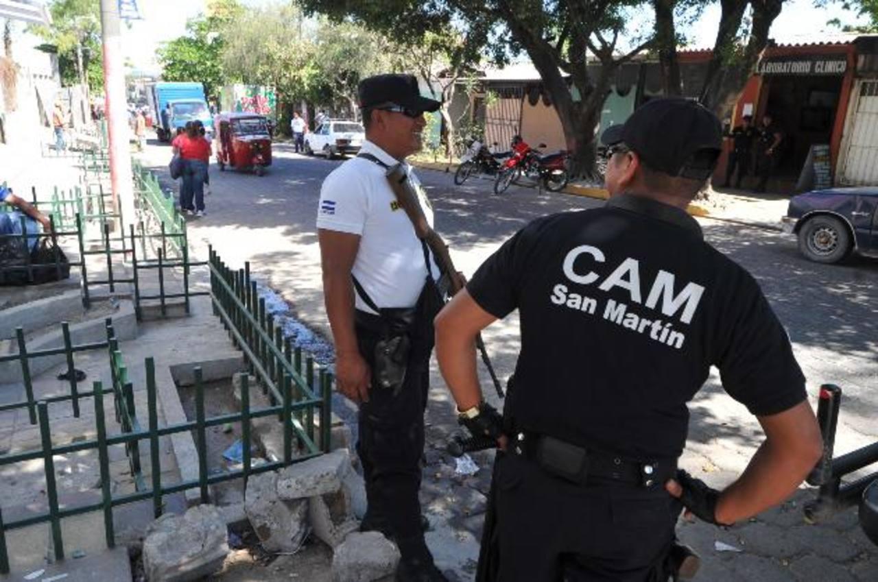 Agentes del CAM permanecieron desde las 5:00 de la mañana en el lugar para no permitir la colocación de ventas ambulantes en la zona. Foto EDH / oscar mira