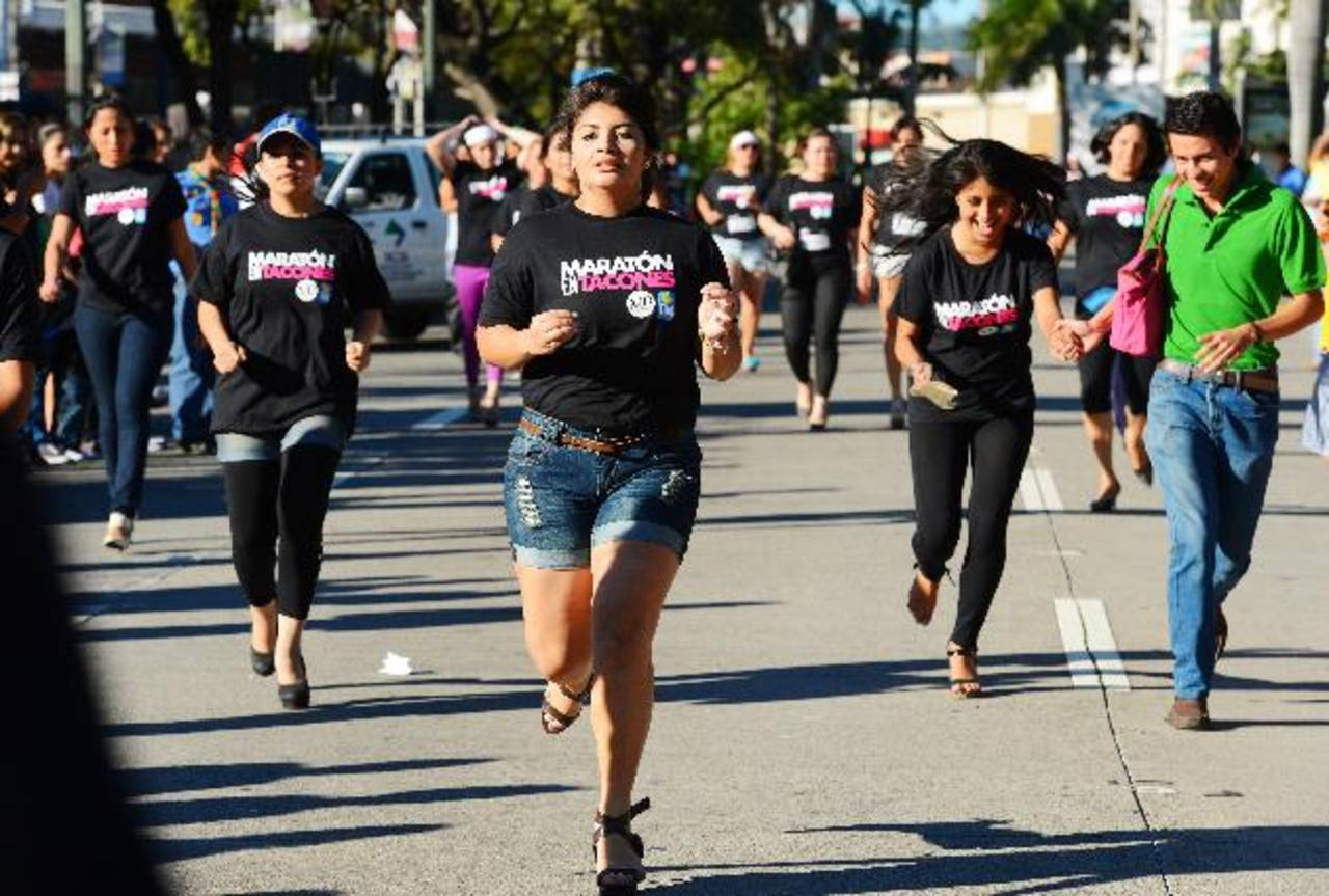 En la Maratón en Tacones se vio de todo un poco, algunas llegaron rápido a la meta, otras tardaron. Foto EDH / Marlon Hernández
