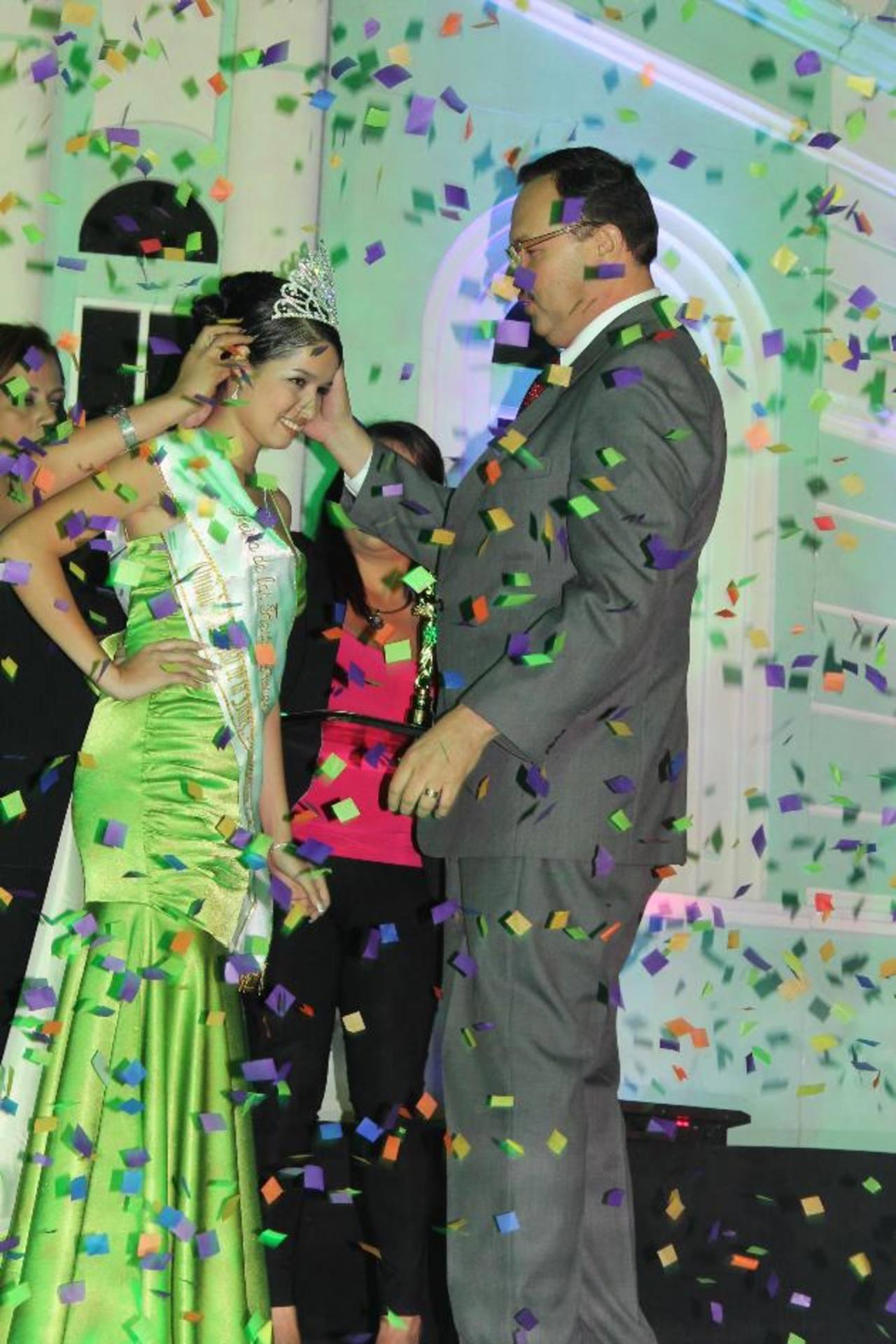 La nueva soberana de las fiestas ahuachapanecas fue coronada por el edil Rafael Morán Orellana, la noche del sábado. Foto EDH / Roberto Díaz Zambrano