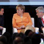 Enrique Peña Nieto (México) y Sebastián Piñera (Chile) hablan con la canciller alemana, Ángela Merkel, en la cumbre que se desarrolla en Santiago, Chile. Foto EDH / efe