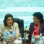 La diputada de ARENA, Mariella Peña Pinto (izquierda), y Lorena Peña, del FMLN, ambas de la Comisión de Hacienda, discuten el uso de $400 millones que el gobierno usó para pagar deudas.