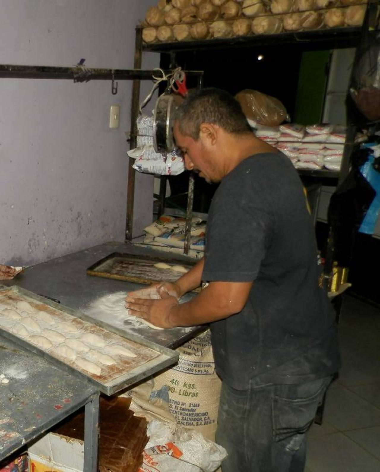 Arnulfo Guevara, tiene 14 años de trabajar en su propia panadería, y nunca antes había tenido que despedir a empleados. Foto EDH/ m. jaco