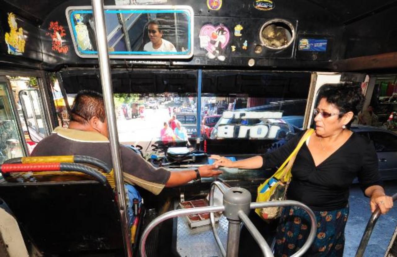 Algunos empresarios de buses advierten que no aceptarán el sistema prepago en sus unidades. Foto EDH/ archivo