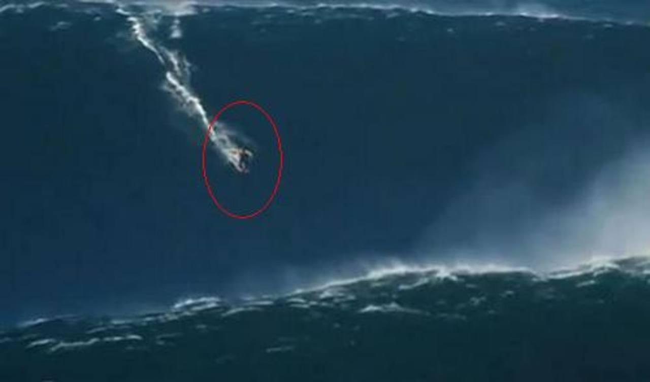 Vídeo: Hawaiano surfea ola de 30 metros