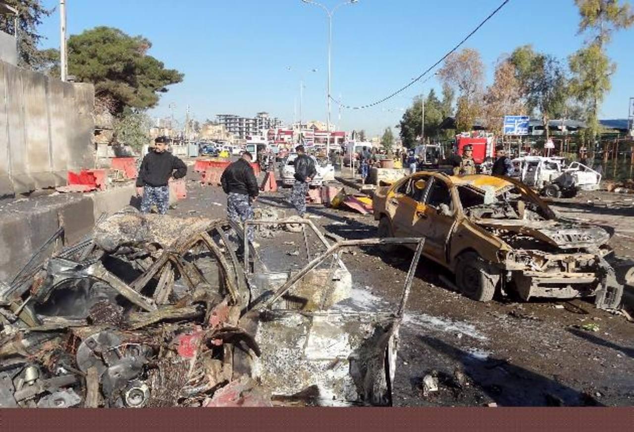 Varios cadáveres podían verse en la calle junto a los restos del coche bomba. foto edh /efe