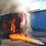 El incendio habría sido originado por un cortocircuito en el motor del autobús, según Bomberos. Foto cortesía de @ElAlboDice