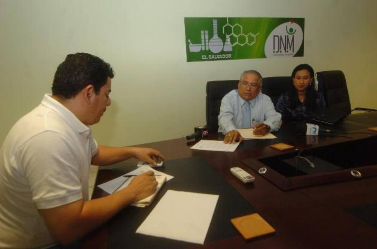 El grupo de visitadores médicos llegó ayer a la Dirección de Medicamentos. Foto EDH / Jorge Reyes.