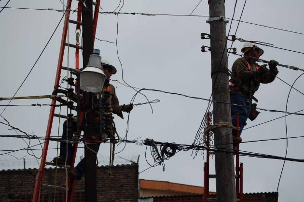 El sector energético busca generar para el 2013 mil 900 nuevos empleos directos. Los rubros principales de inversión son la ampliación y mantenimiento de la red. Foto edh / Archivo
