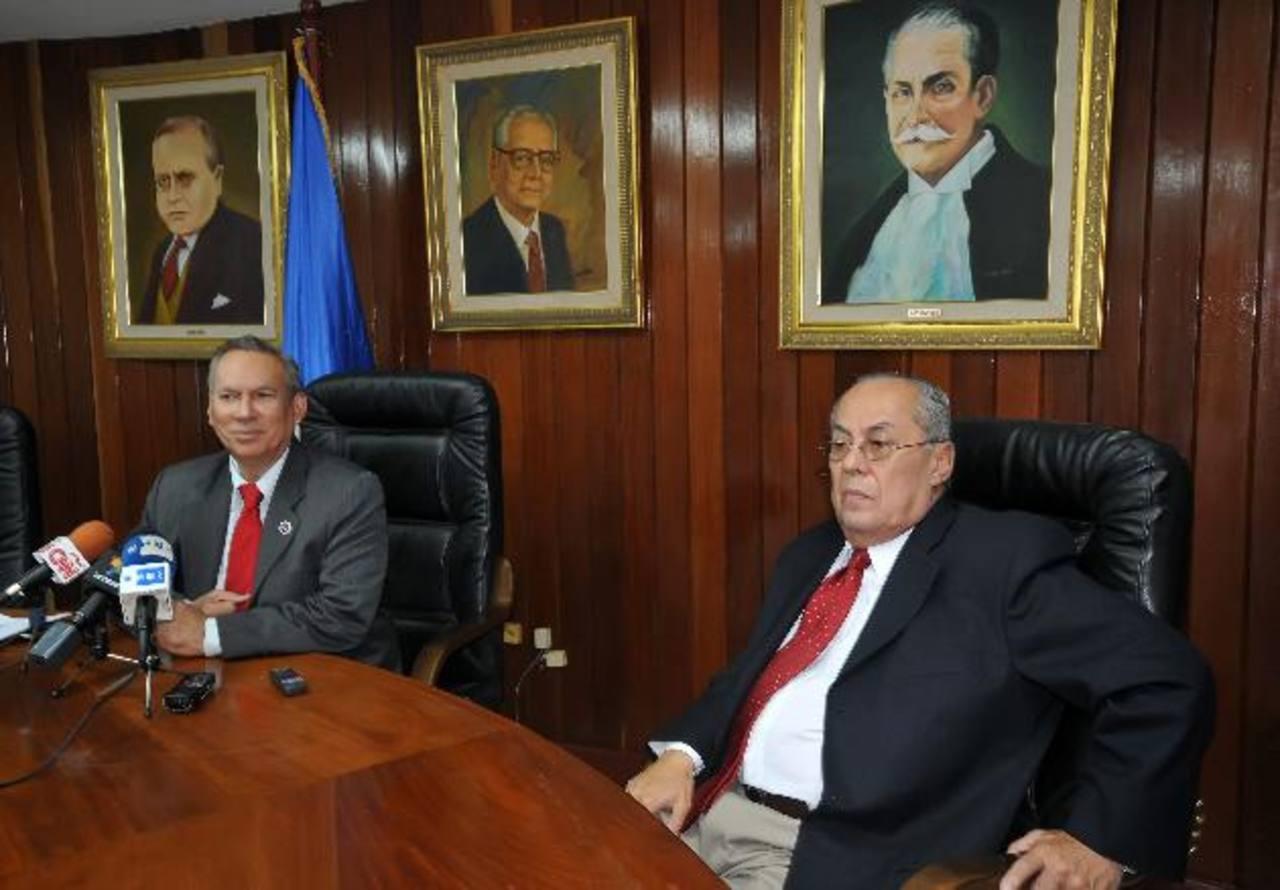 El magistrado hondureño Francisco Darío Lobo (izqu.) junto al salvadoreño Ricardo Acevedo (der.) electo como nuevo presidente de la CCJ. FOTO EDH/ARCHIVO