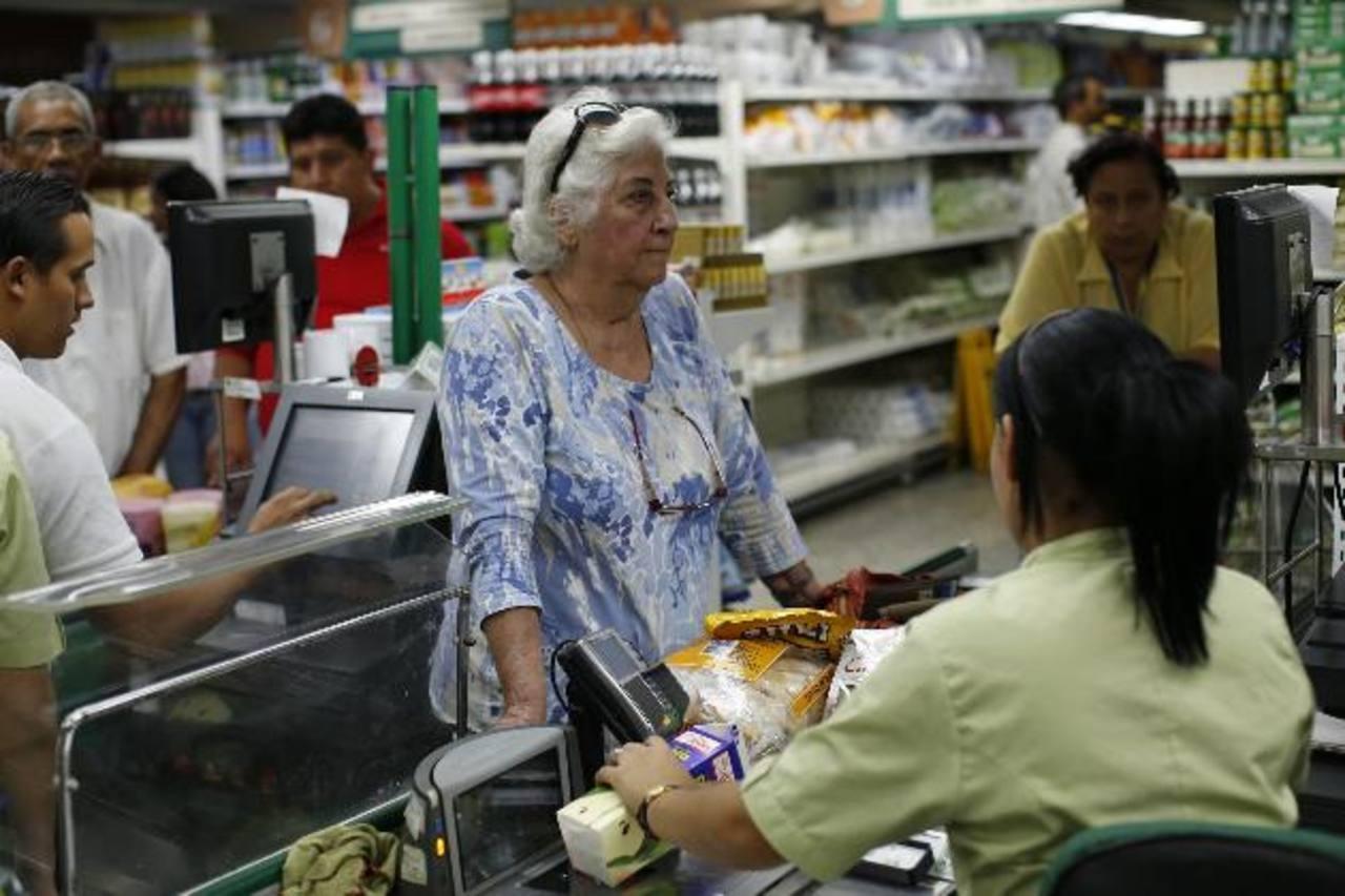 """Economistas dicen que la inflación, que hasta enero acumuló una variación anualizada del 22.2 por ciento, tendrá que resistir además la presión del alza del """"dólar informal"""". foto edh"""