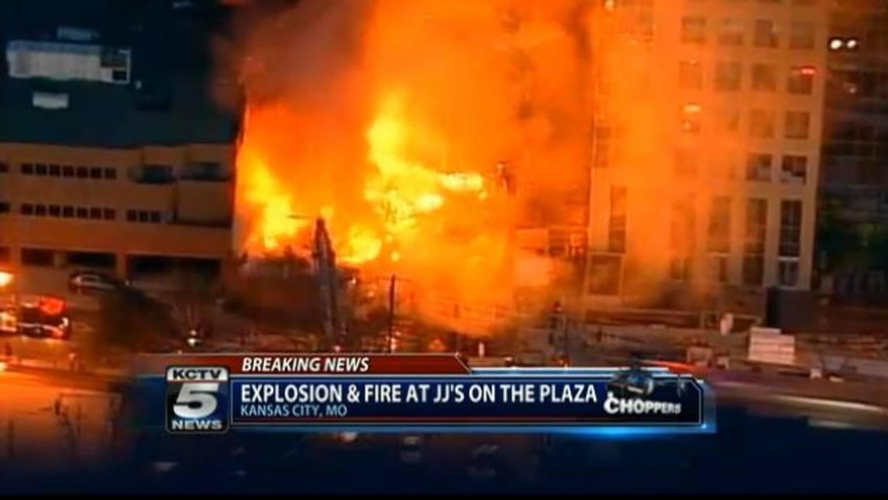 Un incendio masivo consume una zona comercial y de entretenimiento de Kansas City. foto edh / ap