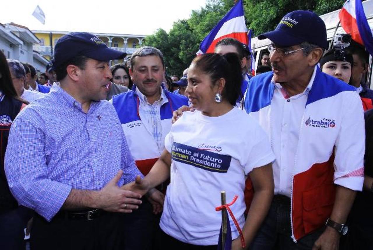 El candidato a vicepresidente por ARENA, René Portillo Cuadra, saluda a una correligionaria arenera de Ilobasco. Foto EDH