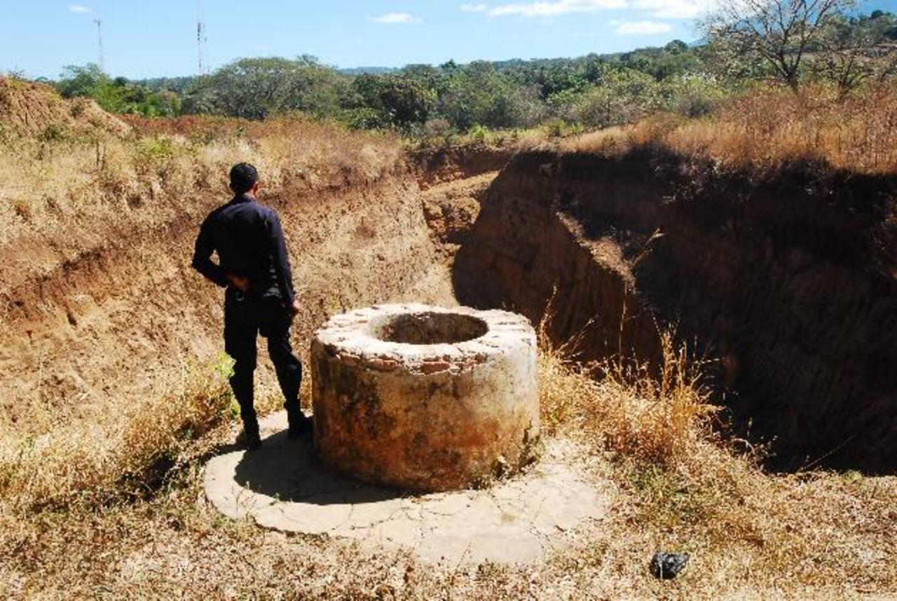 En este pozo las autoridades ya confirmaron la existencia de varios huesos y cráneos de personas. Fotos EDH / Marlon Hernández.