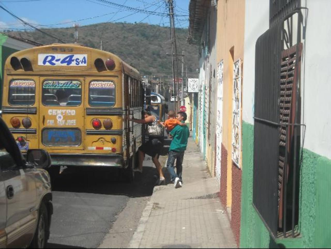Para los usuarios del transporte colectivo, el hecho de que los buses y microbuses paren en cualquier lugar les beneficia, aunque provoquen congestionamientos. Foto EDH / Milton Jaco