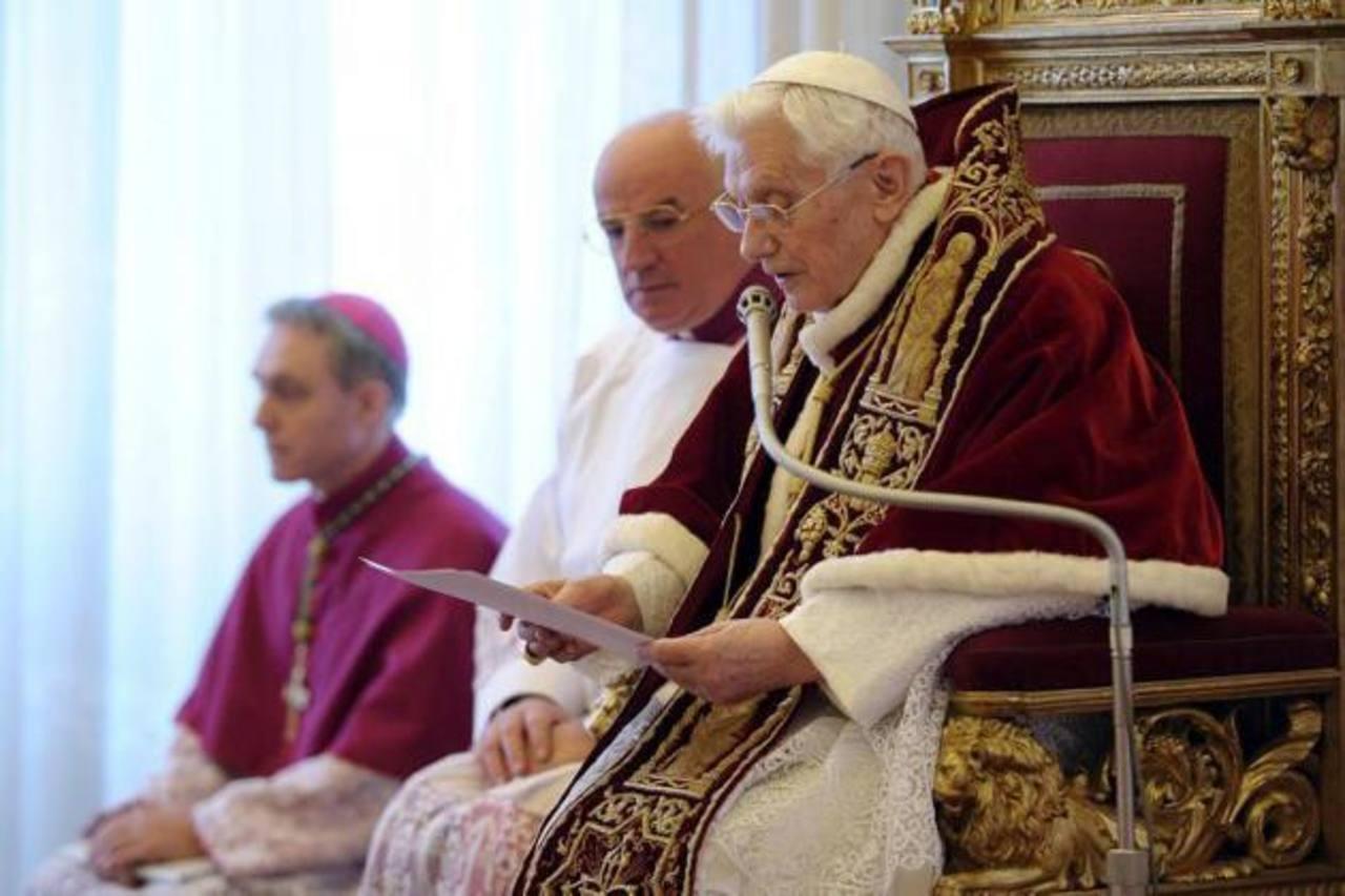 El Sumo Pontífice formuló ayer el anuncio en latín ante la asamblea de cardenales, aunque se supo que venía considerando su dimisión desde hace un año.