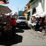 Los conductores deben maniobrar con precaución para no golpear los puestos que se ubican en algunos sectores del mercado central, casi a media calle. Foto edh / Milton Jaco