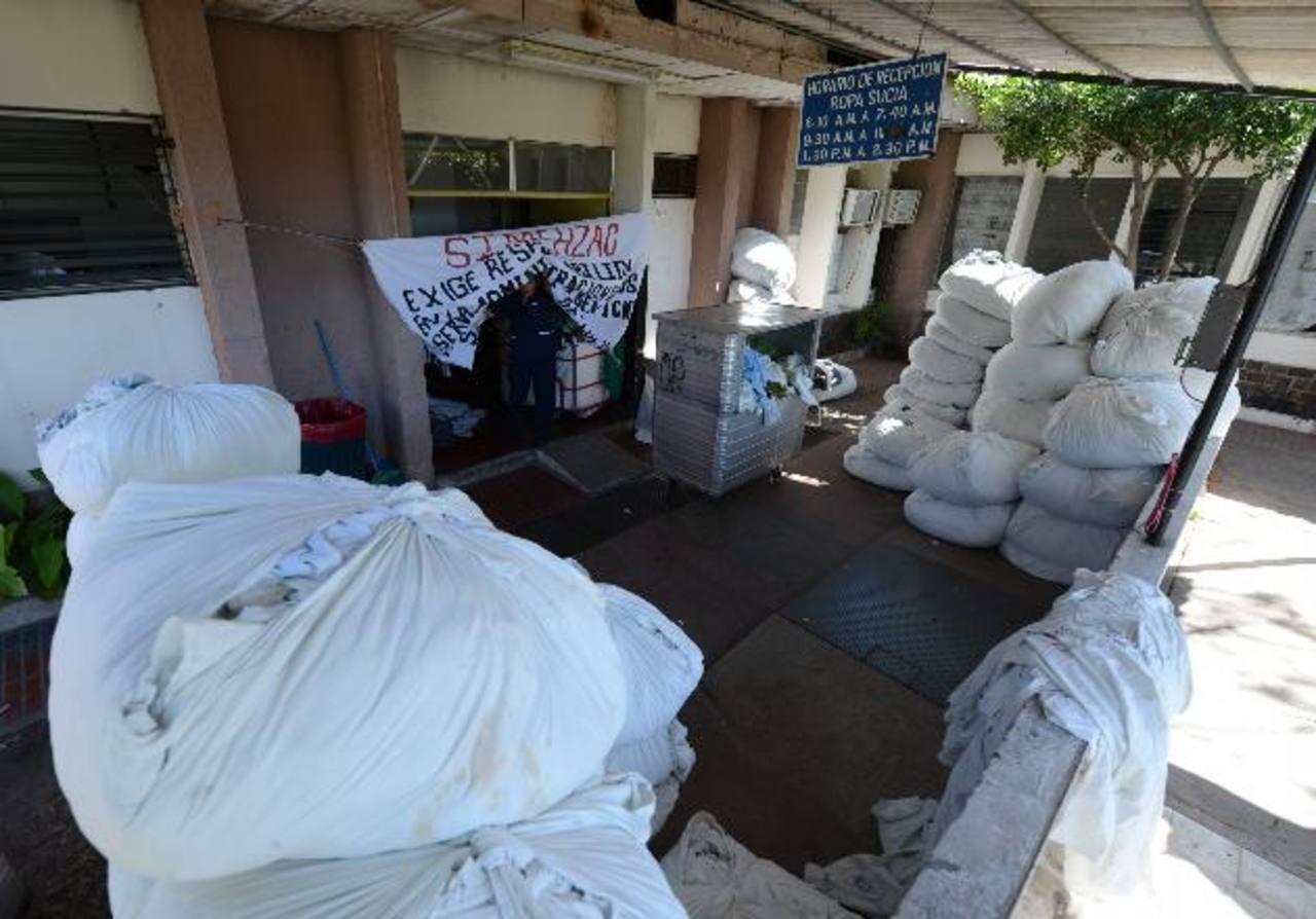 Decenas de paquetes de ropa sucia permanecieron ayer por la mañana en la lavandería del hospital Zacamil. Foto EDH / j. ANaya