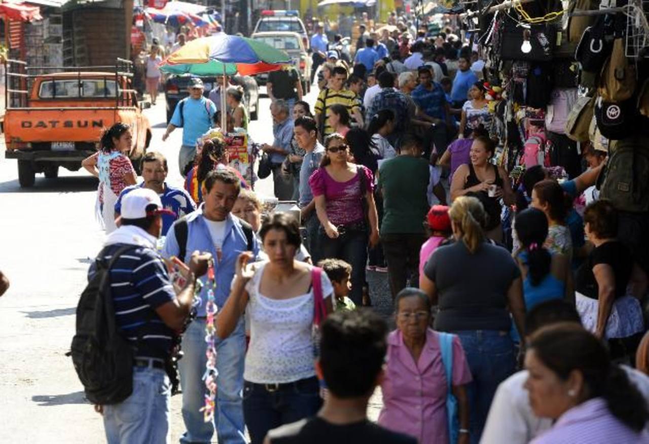 Para los transeúntes es difícil caminar por la zona. Vendedores y camiones obstaculizan el paso. Foto edh / Marvin Recinos