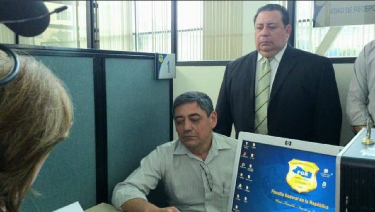 Ramírez junto a su abogado al momento de interponer la denuncia. FOTO EDH Angela Castro