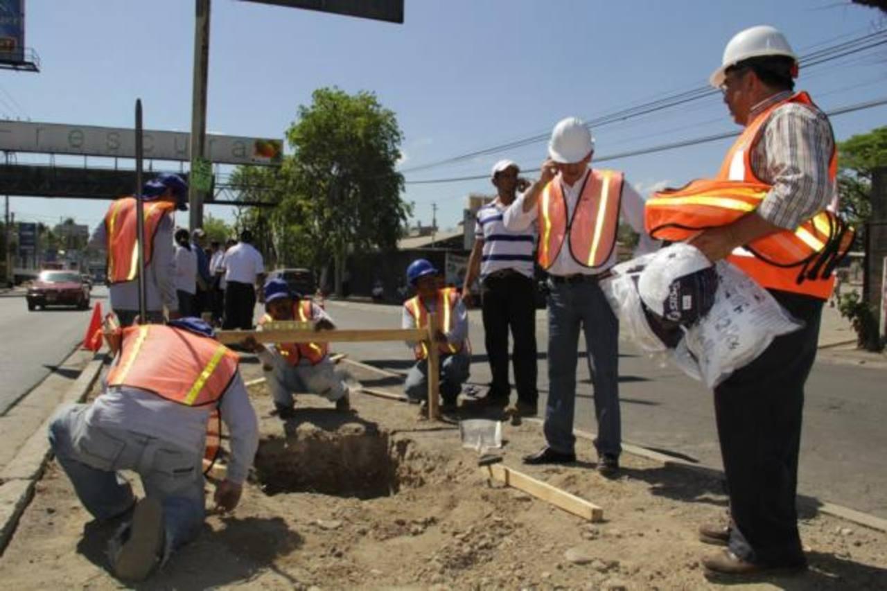 Empleados de la comuna ya comenzaron a desmantelar y a quitar la piedra volcánica del arriate. foto edh / cortesía