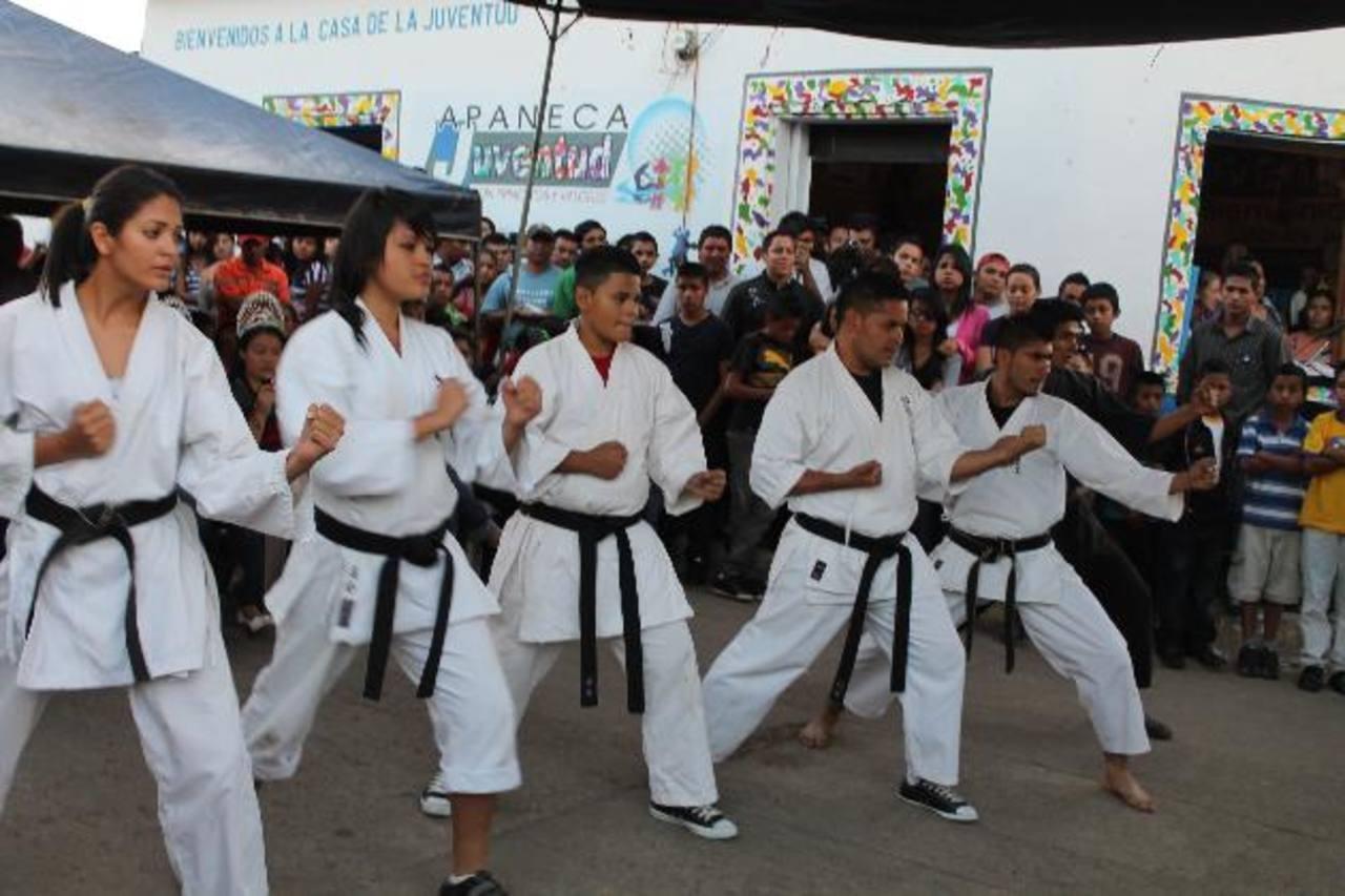 Jóvenes tienen escuela de karate en Apaneca