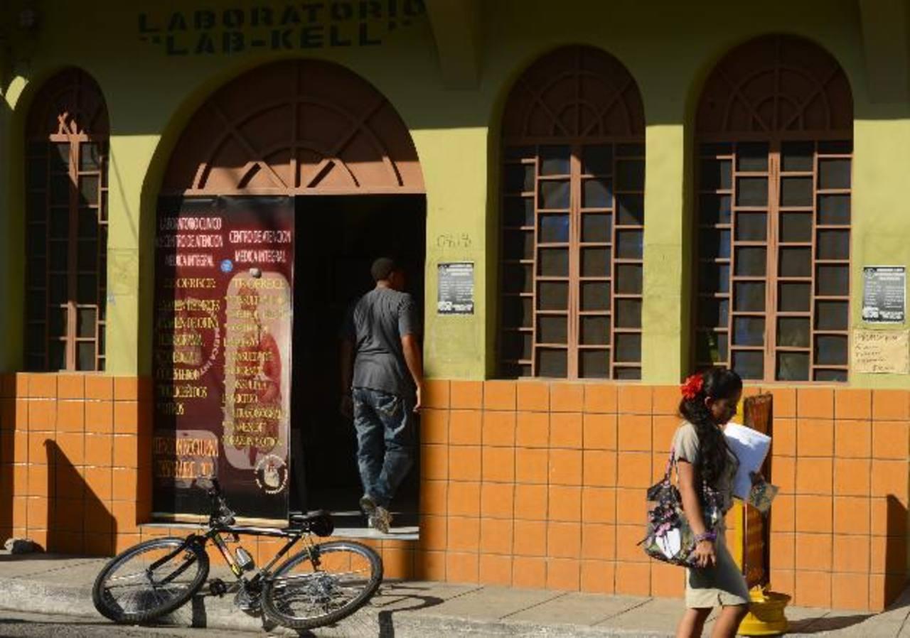 No menos de dos delincuentes trataron de robar en esta clínica médica, situada en la zona céntrica de Aguilares, en la capital. Un empleado resultó golpeado. Foto EDH / Marvin Recinos
