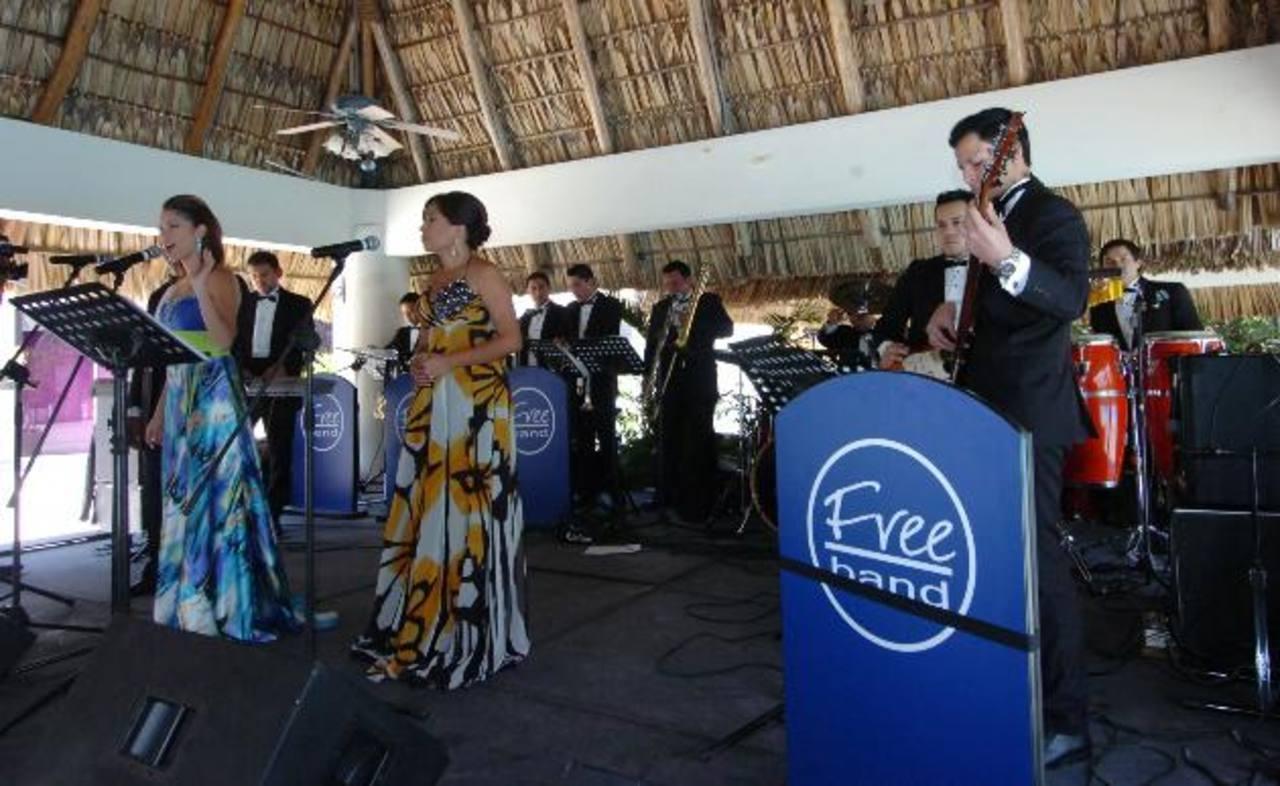 Free Band está integrado por trece salvadoreños apasionados por la música y su causa benéfica. foto edh/ René Estrada