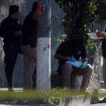 Investigadores recogen evidencias donde mataron a un mecánico. Foto EDH / Ericka Chávez