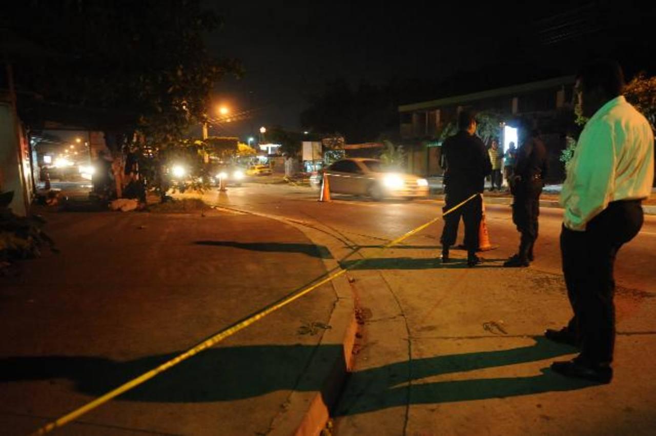 Sitio donde la noche del jueves mataron a un joven que se presume era pandillero deportado. El ataque se registró en el bulevar Constitución. Foto EDH / Lissette Monterrosa