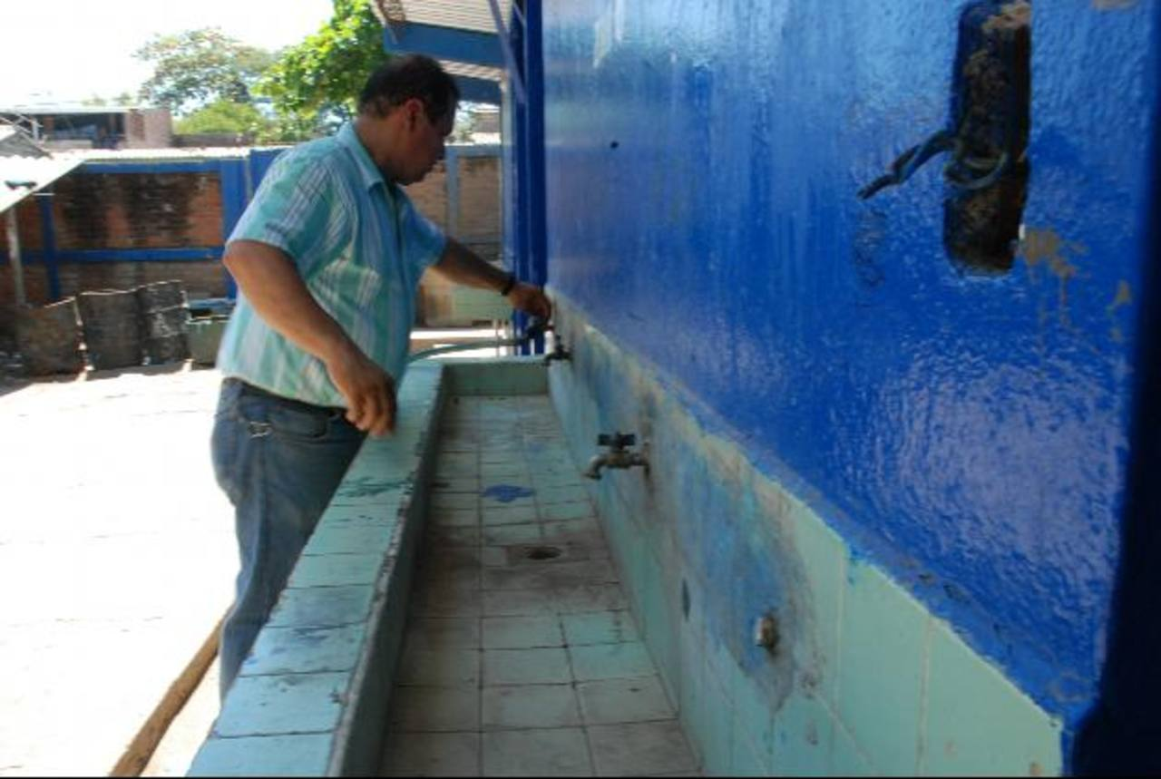 En el complejo educativo resienten la carencia de agua potable. Foto EDH / lucinda Quintanilla