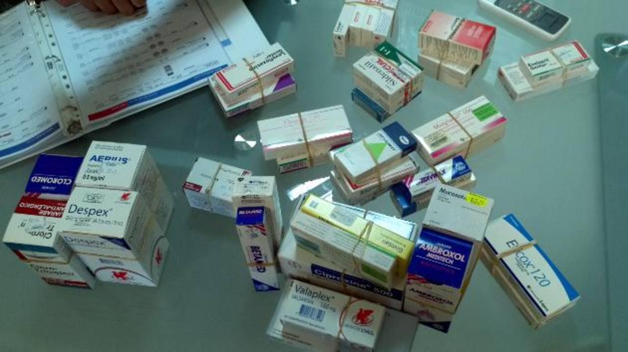 Muestras de diferentes tipos de medicamentos que ya ajustaron el valor asignado por la Dirección Nacional de Medicamentos. Foto EDH / Yamileth Cáceres
