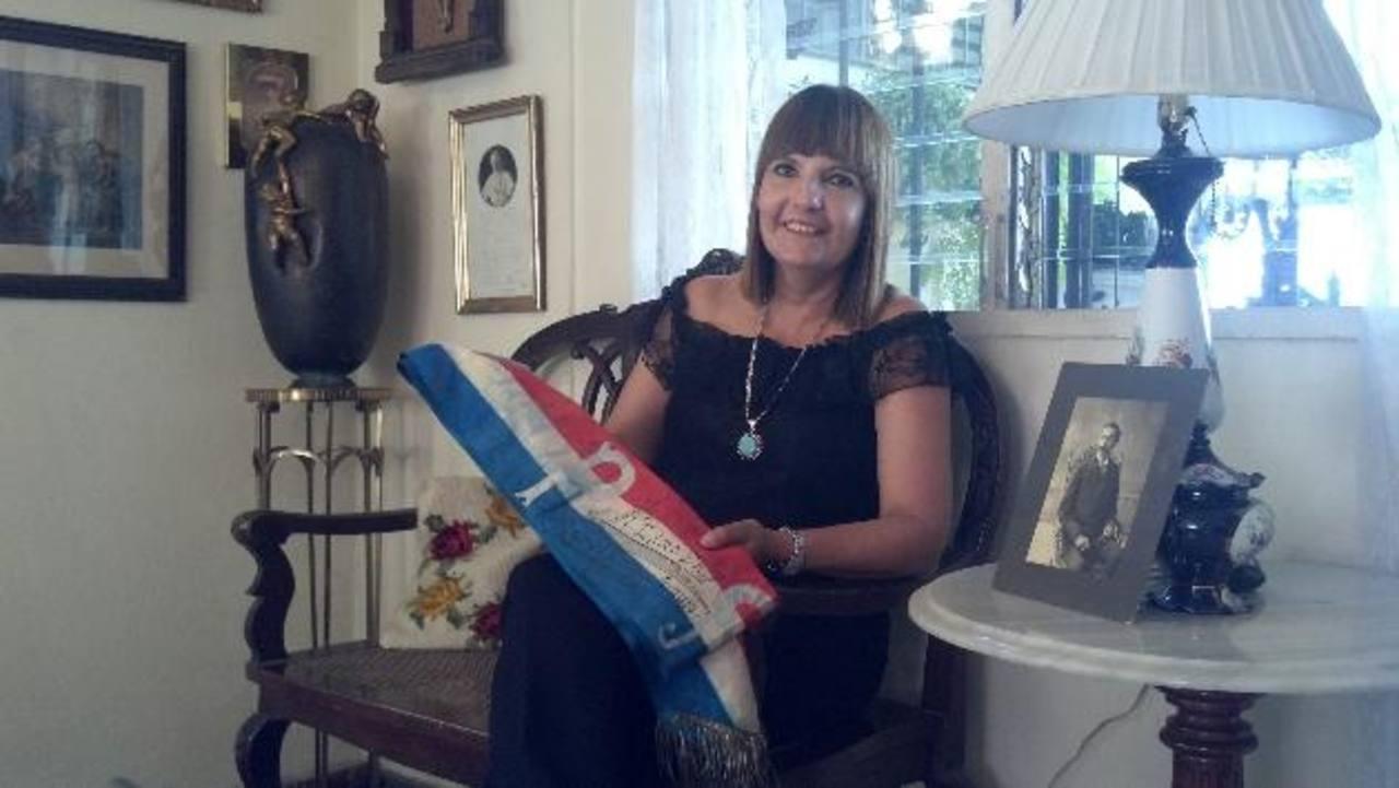 Violeta Kuny Mena muestra la banda que uso Araujo cuando fue nombrado Presidente.