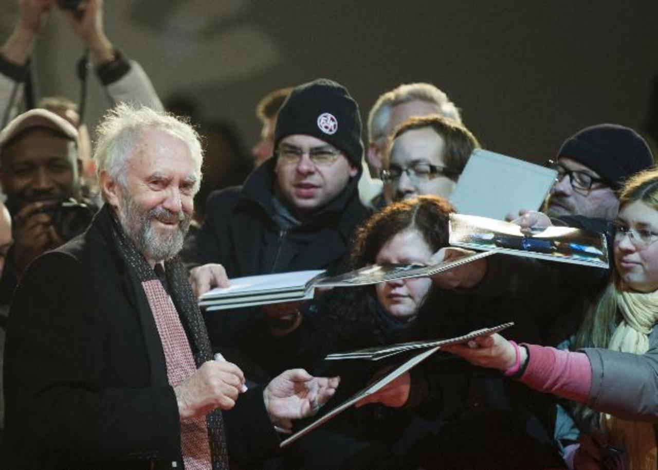 """El actor Johnathan Pryce al llegar a una función de la cinta de 1993 """"Dark Blood"""" en la 63a edición del Festival de Cine de Berlín."""