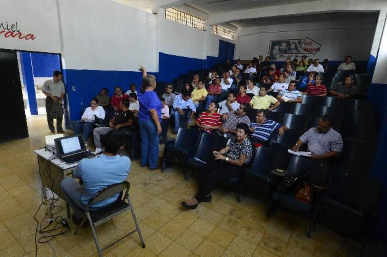 Mélida de Barrera (de espalda), directoria Nacional de Administración de Paquetes Escolares, da instrucciones a los proveedores. Foto EDH /Marvin recinos