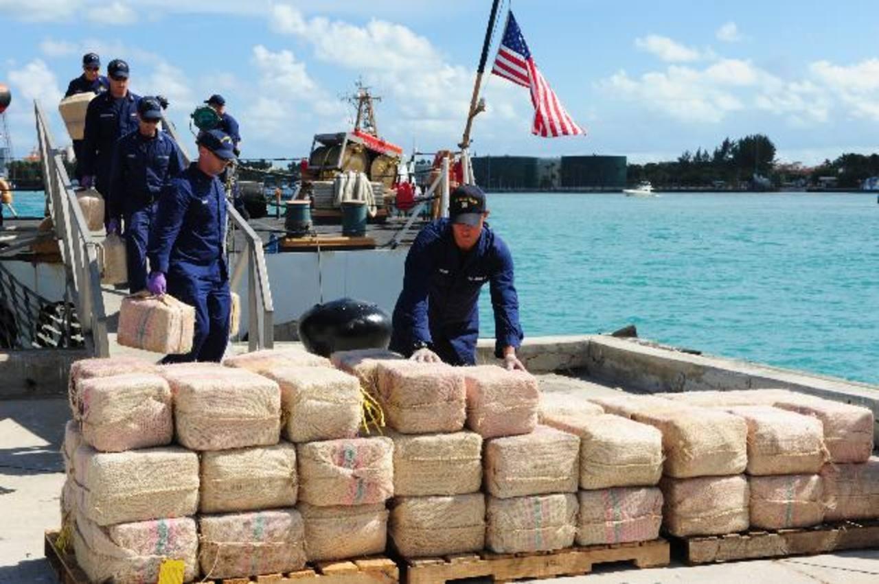 Marinos estadounidenses descargan parte de un alijo de drogas incautado. Foto EDH / Archivo.