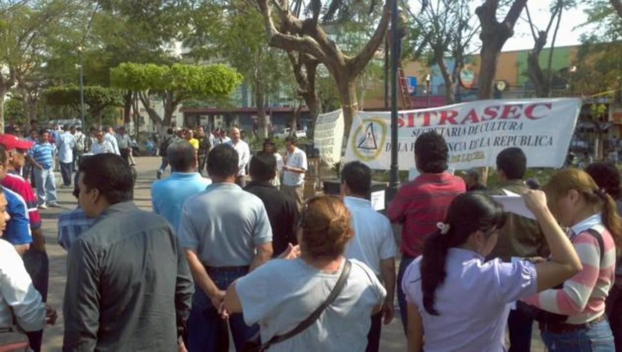 Desde tempranas horas los sindicalistas se han concentrado en la Plaza Cívica. FOTO EDH Marlón Hernández