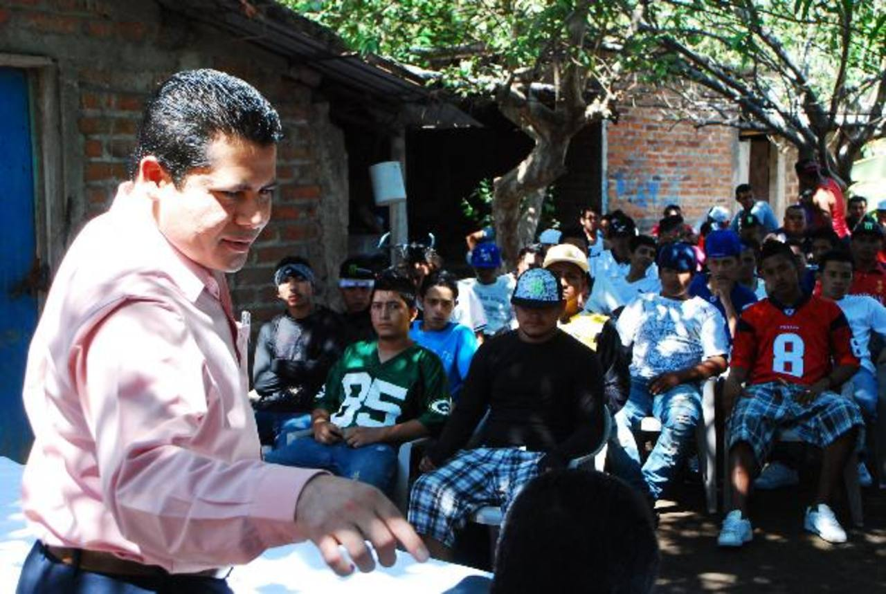 Mediadores, alcalde y pandilleros buscan implementar un cese de violencia en Puerto El Triunfo. Foto EDH / Francisco Torres