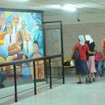 Dos mujeres caminan dentro de las instalaciones del Instituto del Cáncer de El Salvador. Foto EDH