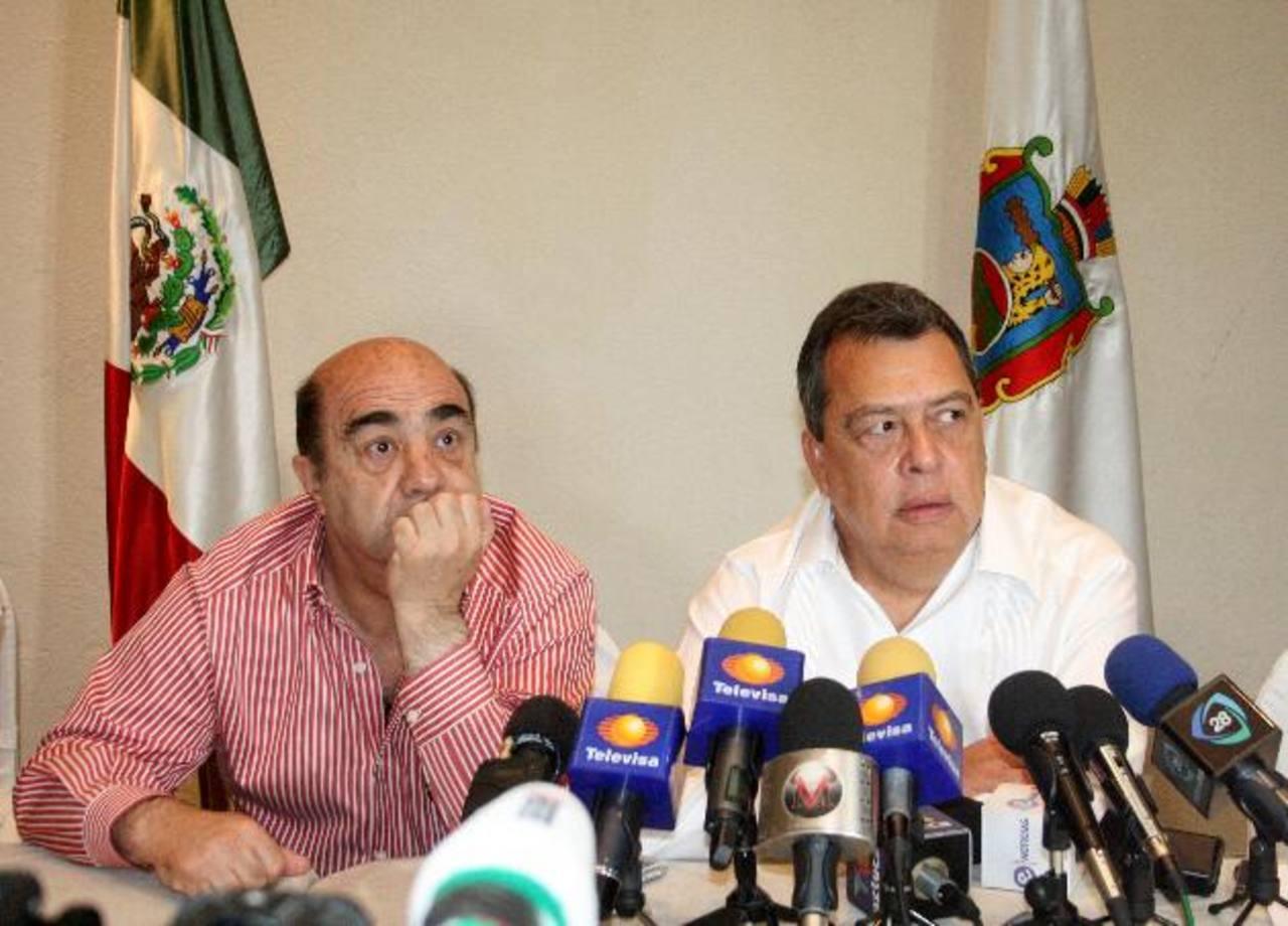 El fiscal general de México, Jesús Murillo Karam (i), y el gobernador del estado Guerrero, Ángel Aguirre Rivero (d). foto edh / EFE