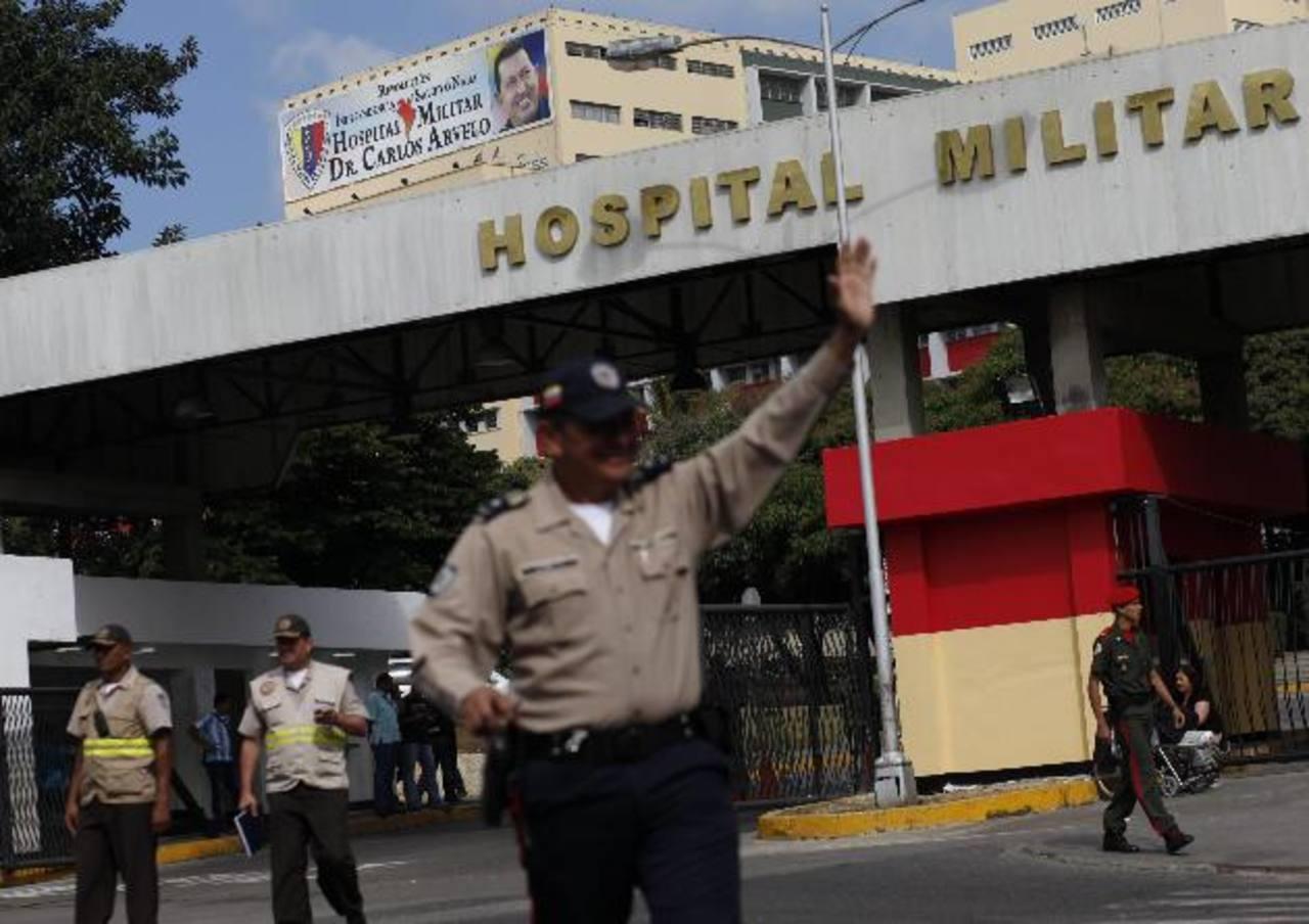 Policías prestan guardia en el exterior del Hospital Militar, donde se encuentra hospitalizado el gobernante venezolano Hugo Chávez. foto edh / efe