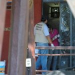 Investigadores obtienen huellas en la puerta en la casa donde hombres armados irrumpieron en Acapulco. foto edh / ap